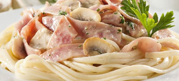 Espaguete com ervas e presunto