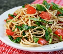 Espaguete com rúcula